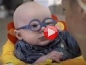 فيديو مؤثر: طفل يعاني من مرض نادر يرى أمّه لأول مرة