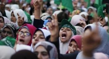 مقرّبون من عبّاس: إجراء الانتخابات يعني تقديم الضفّة لحماس على طبق من فضّة