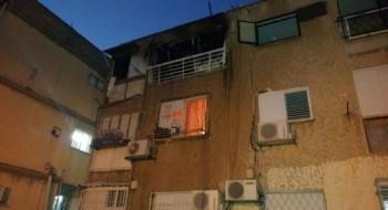 الإطفاء: إضرام نيران متعمّد في منزل في عكا وإخلاء عمارة سكينة وإصابة رجل إنقاذ