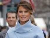سيدة أمريكا الأولى تتألق بفستان أزرق سماوي