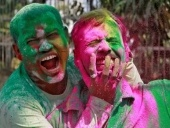 صور جديدة: الألوان تزيّن الهند ضمن اختتام مهرجان هولي
