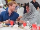 بالصور: الأمير هاري يتناول الإفطار مع الجالية الاسلامية في سنغافورة