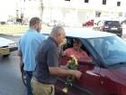 رئيس بلدية الطيبة يقدم الورود للمواطنين