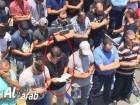 شاب مسيحي يؤدي صلاة الجمعة إلى جانب إخوانه الاسلام أمام باب الاسباط
