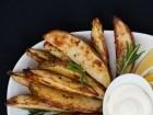 جوانح البطاطا بالأعشاب.. مقبلات لذيذة وسريعة