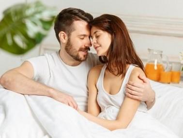 للزوجين: عانقا بعضكما وعبّرا عن الحبّ والشوق في فراش الزوجية