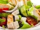 السلطة اليونانية بالدجاج.. وجبة صحية ومتكاملة