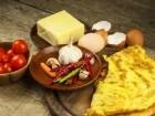 أومليت بجبنة البارميزان والثوم لفطور شهي
