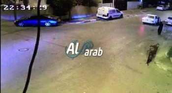 شاهدوا: لحظة اصابة طفل (عام ونصف) بعيارات نارية بعد اطلاقها على والده في قلنسوة
