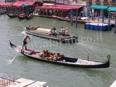 احلى رحلة بالقوارب المسماة Gondola في فينيسيا