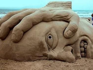 من أعماق الرمال ينبثق سحر الرسم .. ليرتسم الجمال