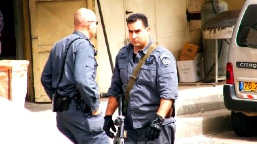 اعتقال رجل بعد ضبط قنبلة صوتية بحوزته