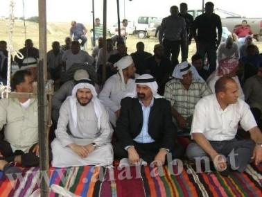 المئات يؤدون صلاة الجمعة على ارض العراقيب