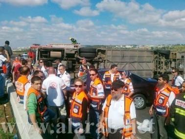 28 من المصابين بحادث انقلاب الحافلة من مجد الكروم