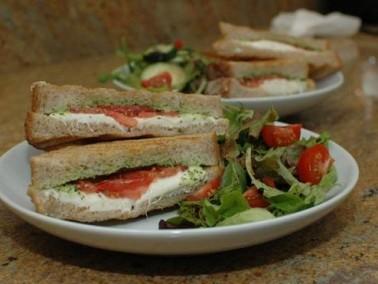 ساندويشات الموزاريللا مع الريحان الشهي والطيب