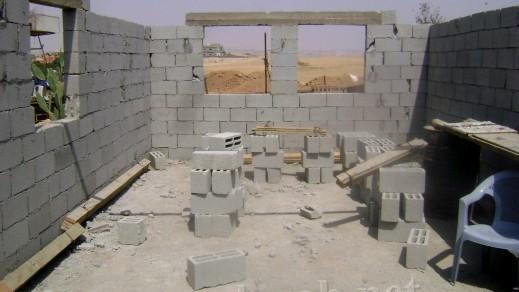 مؤسسة النقب للأرض والإنسان تتم إنجاز ثلاثة بيوت