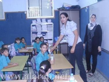توزيع زجاجات مياه معدنية لطلاب المدارس بيافة الناصرة