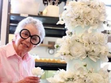 بالصور:عجوز امريكية تبدع فن صنع الكعك والحلويات
