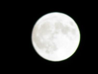 القمر يظهر بأبهى حلته مع اكتماله ليلة يوم امس