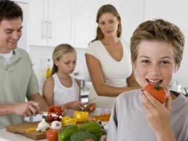 كيف يمكنك إقناع طفلك بتناول الأغذية الصحية؟