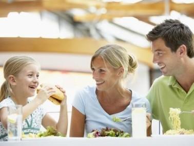 نصائح لتقديم وجبة صحية لطفلك في المطعم