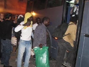 إخلاء العمال الأفارقة ونقلهم الى خارج كفرمندا