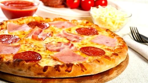 طريقة تحضير بيتزا البيبروني مع صلصة بولونيز الشهية