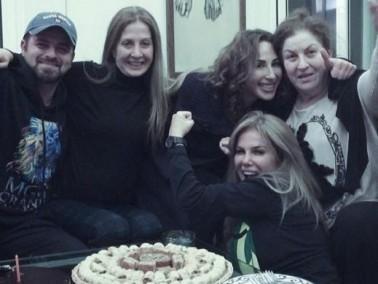 نيكول سابا تحتفل بعيد ميلاد حماتها وشقيقتها
