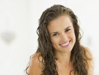 عزيزتي: الطريقة الصحيحة لغسل الشعر الطويل