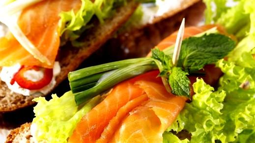أفخر المقبلات: لفائف السمك بالخس..صحة وهنا