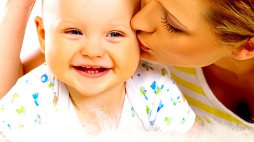 قبلة الأم تقوي مناعة أطفالها وتخفف آلامهم