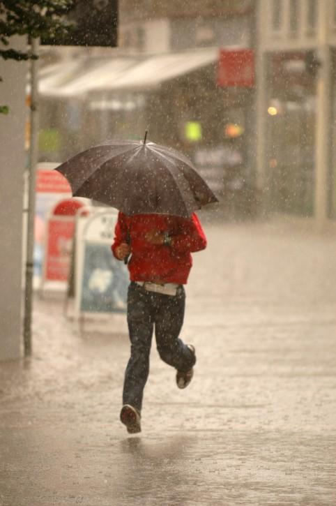 حالة الطقس: عاصف وماطر وانخفاض درجات الحرارة