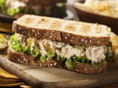 وجبة سريعة ومتكاملة: ساندويتش التونة اللذيذ