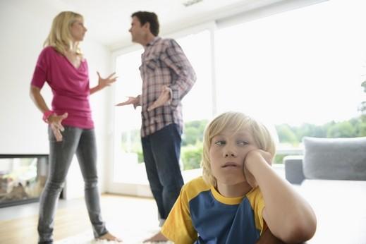 خلافاتكم الحادة أمام اولادكم تضعف شخصيته