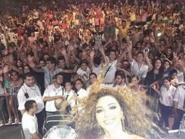ميريام فارس تلتقط صورة سيلفي مع جمهورها