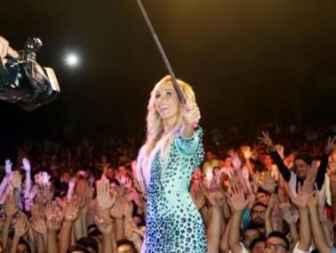 بالصور: مايا نعمة تتألق على المسرح وتلتقط سيلفي