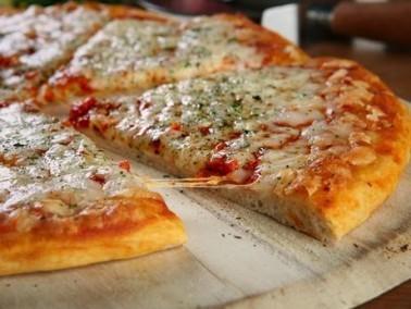 طريقة تحضير بيتزا المارجريتا الشهيّة من مطبخنا