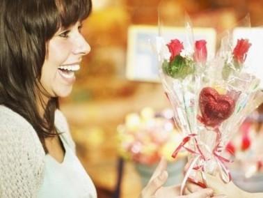 إليكم فوائد ماء الورد وزيت الورد للبشرة والجلد