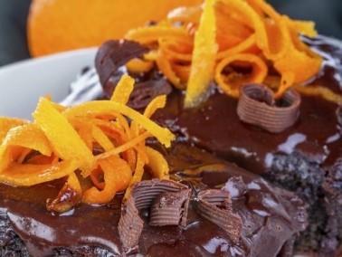 حضري كعكة الشوكولاطة بصلصة عصير البرتقال