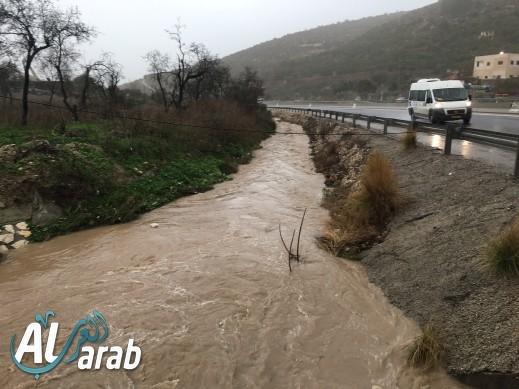 أجواء ماطرة وفيضانات تغمر وادي عارة