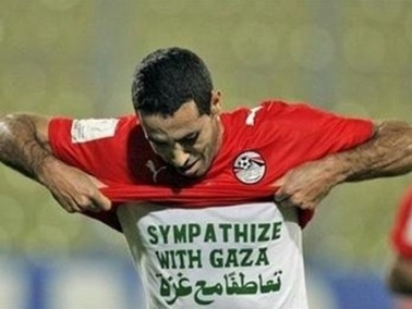 النجم أبو تريكة يوصي بوضع قميص غزة معه بالكفن