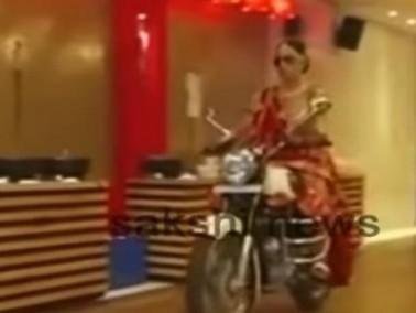 فيديو:هندية تحضر زفافها بدراجة نارية