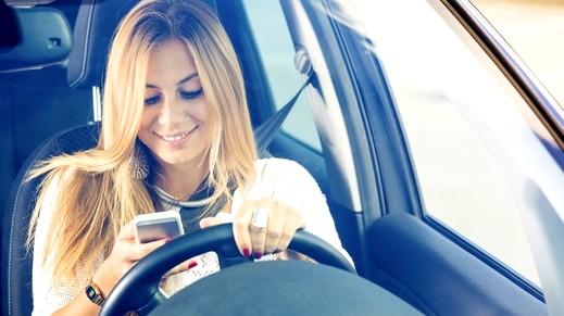 تطبيق يقرأ الرسائل النصية أثناء القيادة