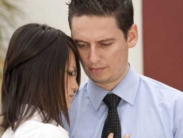 أخصائية علاقات زوجية تحذّر من التظاهر بالرضا