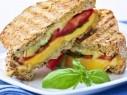 ساندويتش الجبن المشوي على الطريقة الإيطالية لفطور شهي