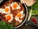 حضّري الشكشوكة بالبصل والبندورة لفطور عربي شهي