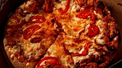 إليكم طريقة عمل بيتزا البيبروني السريعة.. صحتين