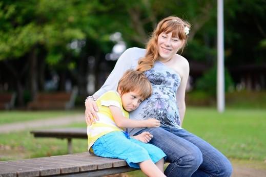 للأهل: كيف تتعاملان مع غيرة إبنكما البكر؟