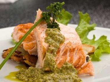 أشهى الأطباق البحرية: السلمون مع صلصة الحبق