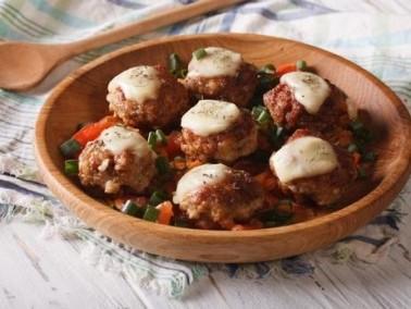 كرات دجاج وجبن القشقوان.. مقبلات لذيذة